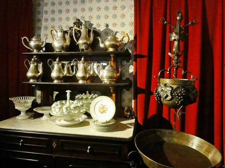 Photo: dishes of the royal family of Portugal