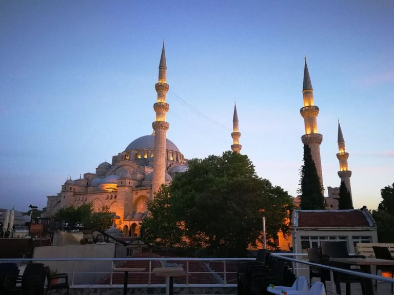 4 minarets symbolize the rule of Suleiman as the 4th lord of Istanbul
