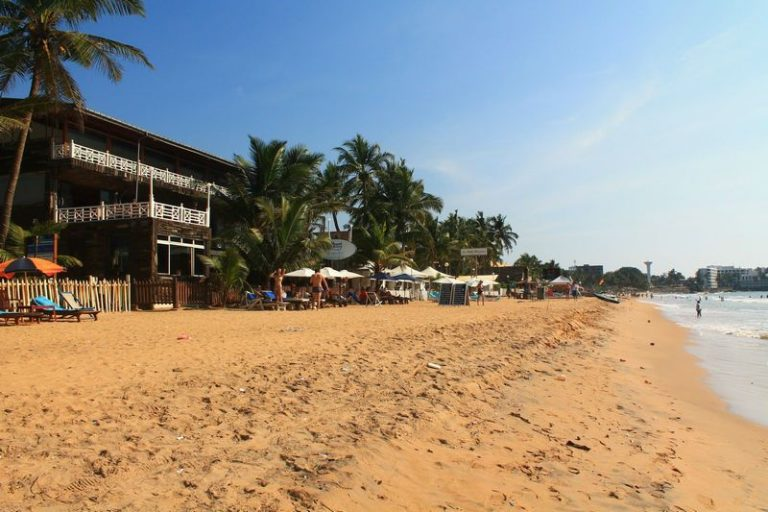 There are cafes and restaurants along the coast of Mount Lavinia.