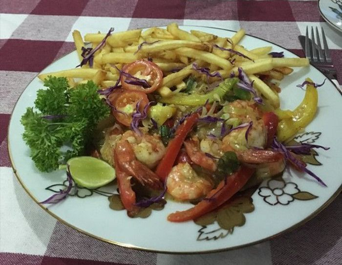 Shrimp with vegetables and fries