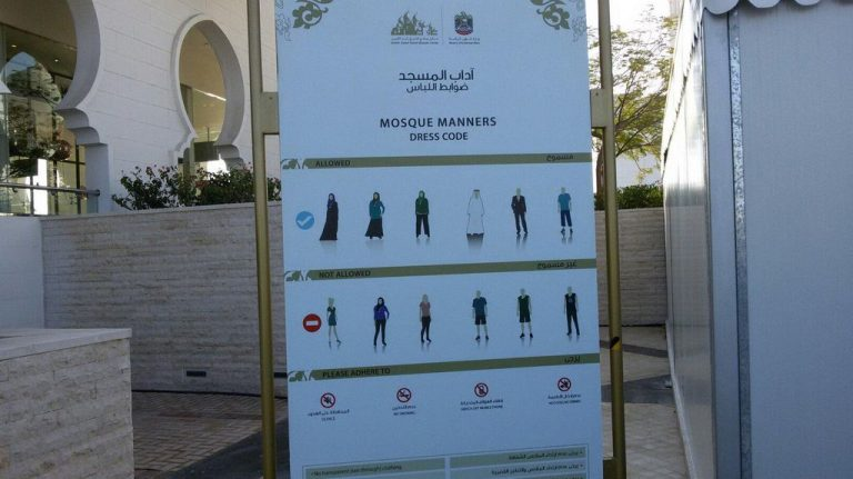 Drescode at the entrance to the White Mosque in Abu Dhabi