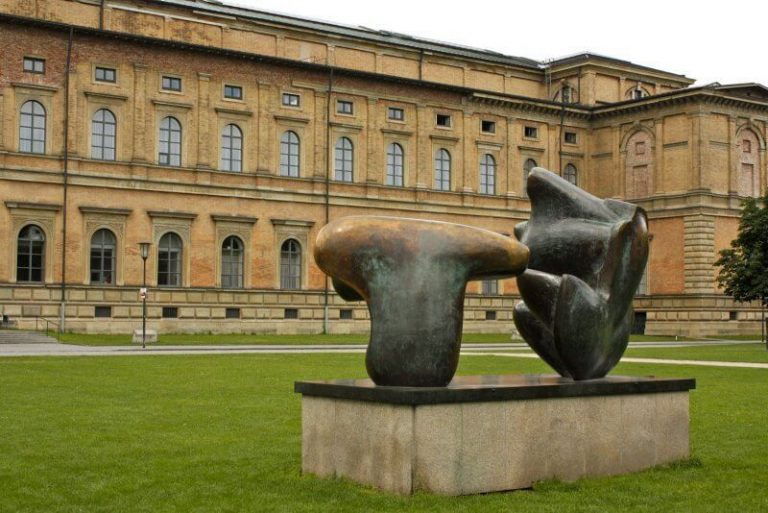 Sculpture at the entrance to the pinakothek
