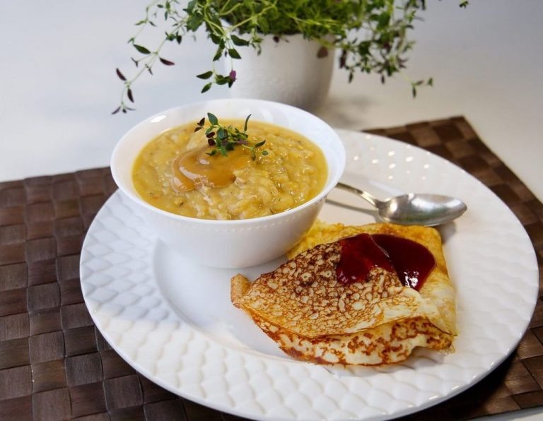Pea soup with pancakes