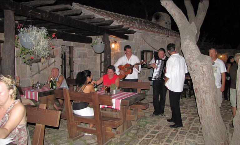 Dinner with live music