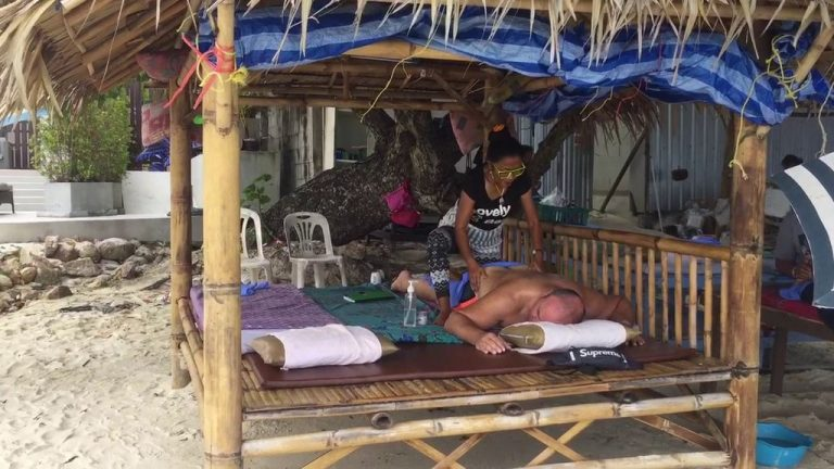 Thai massage can be enjoyed right on Chaweng Beach