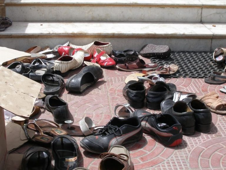When visiting the White Temple, you need to leave shoes in front of the entrance