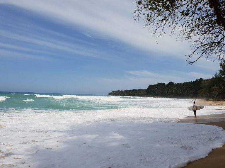 There are strong waves on Surin Beach
