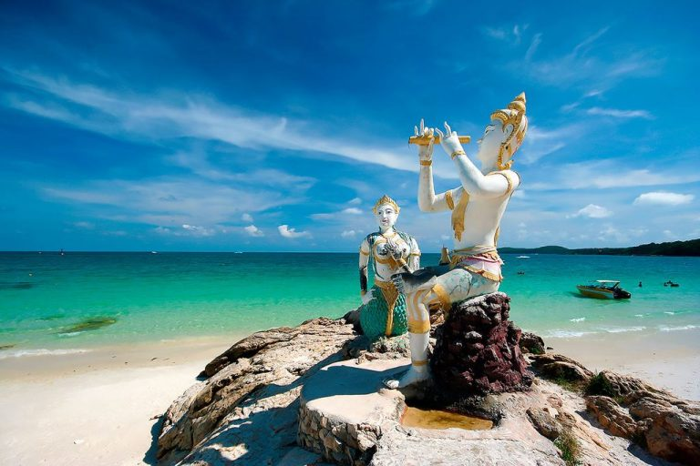Statue of a mermaid and a prince on Samet island