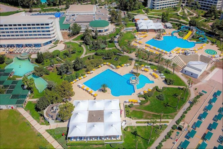 The territory of the hotel Mirage Park Resort