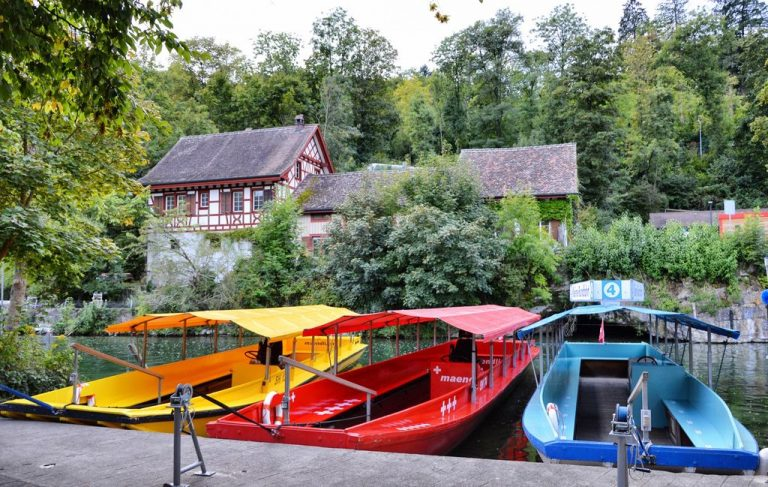 Pleasure boats to the cliff of the Rhine Falls