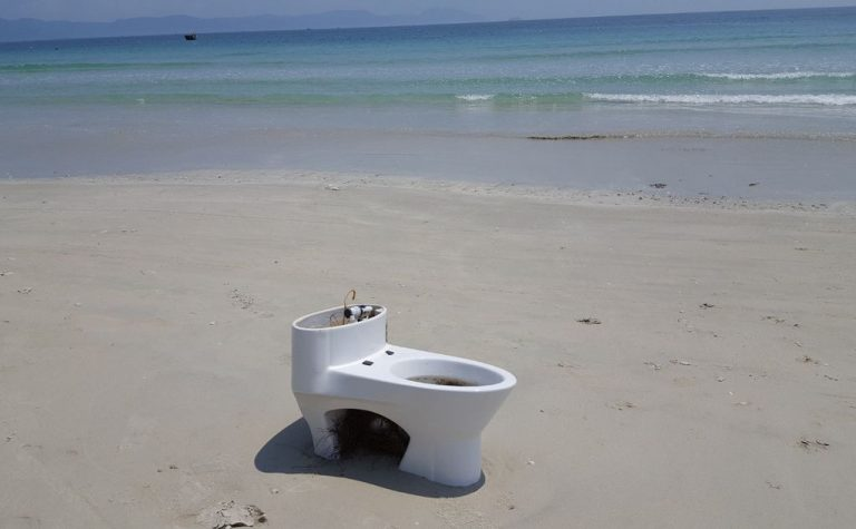 Photo: toilet on the beach